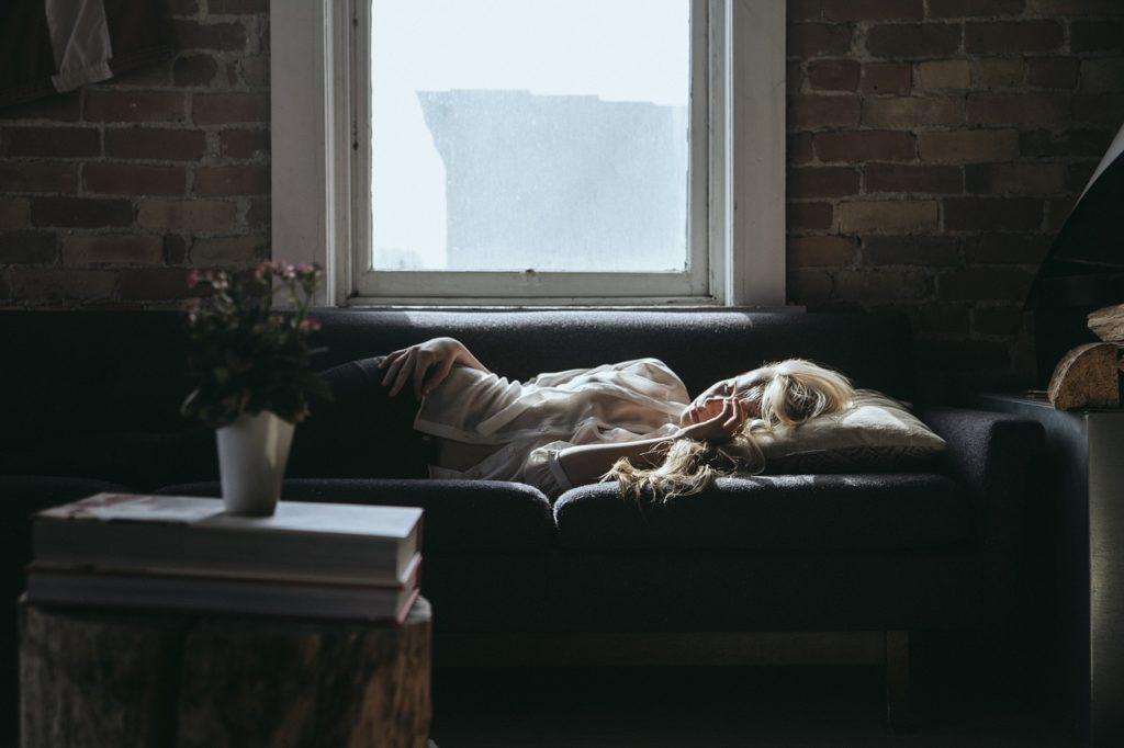 Sessel Gästebett Schlafsessel mit einer liegenden Frau