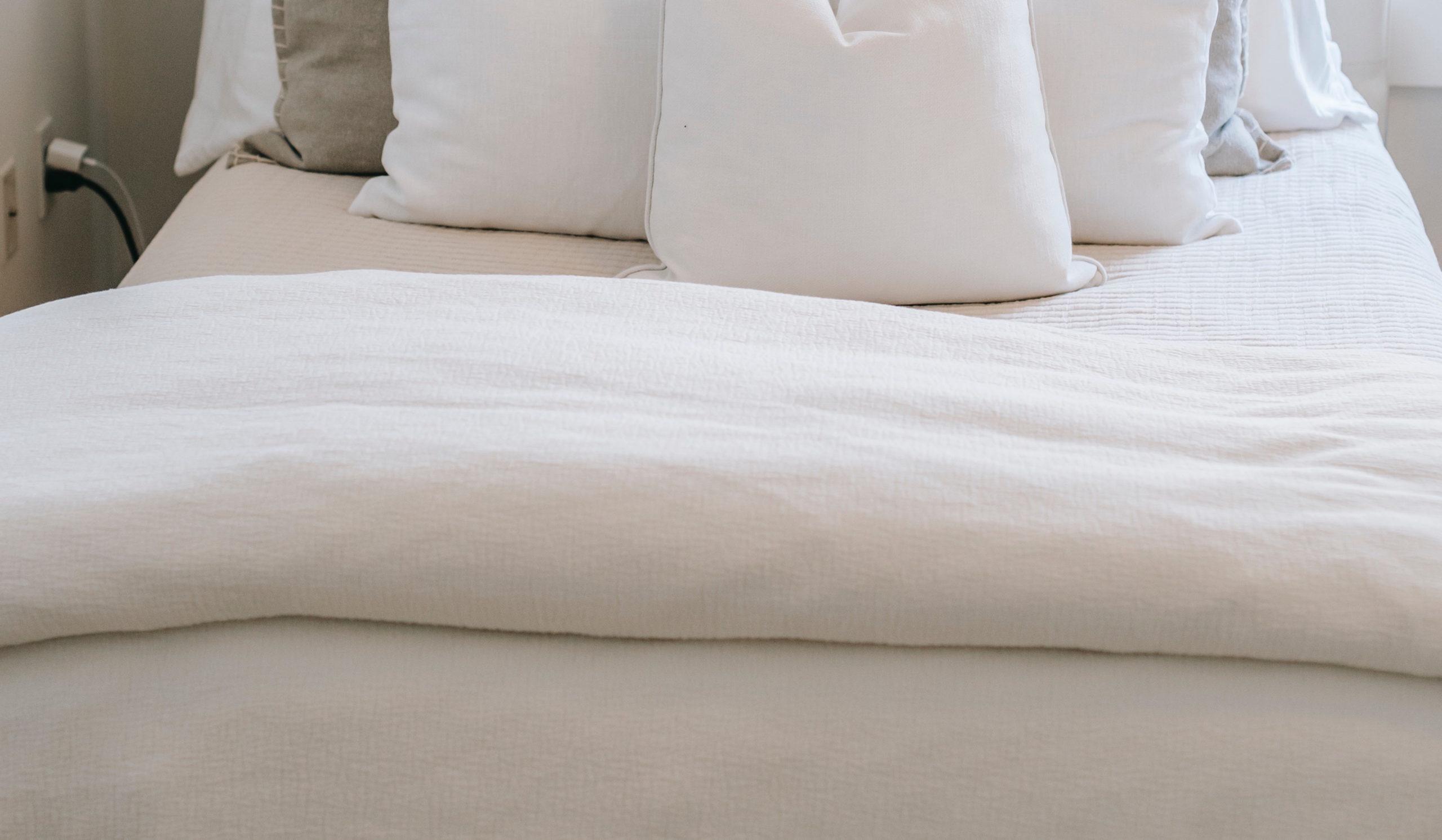 Eierdaunendecke auf einem weißen Bett