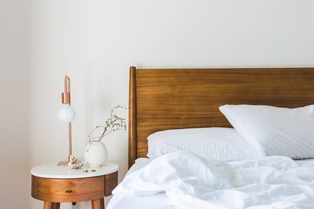 Weißes Bett mit einem festen Topper