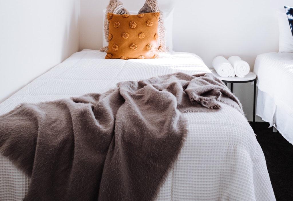 Flauschige Bettdecke in braun