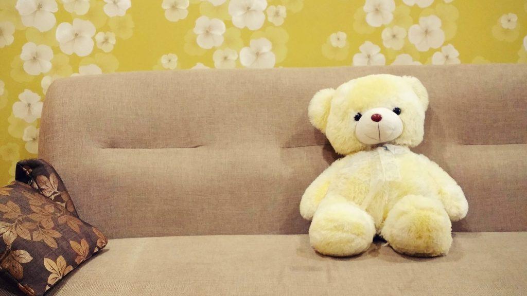 Teddybär auf einem Schlafsessel Gästesofa