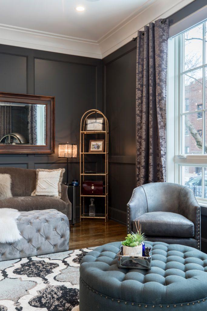 Halbrundes Sofa in einem Wohnzimmer