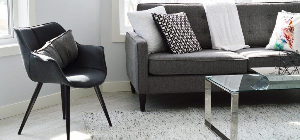 Sofa bis 100 Euro in einem Wohnzimmer