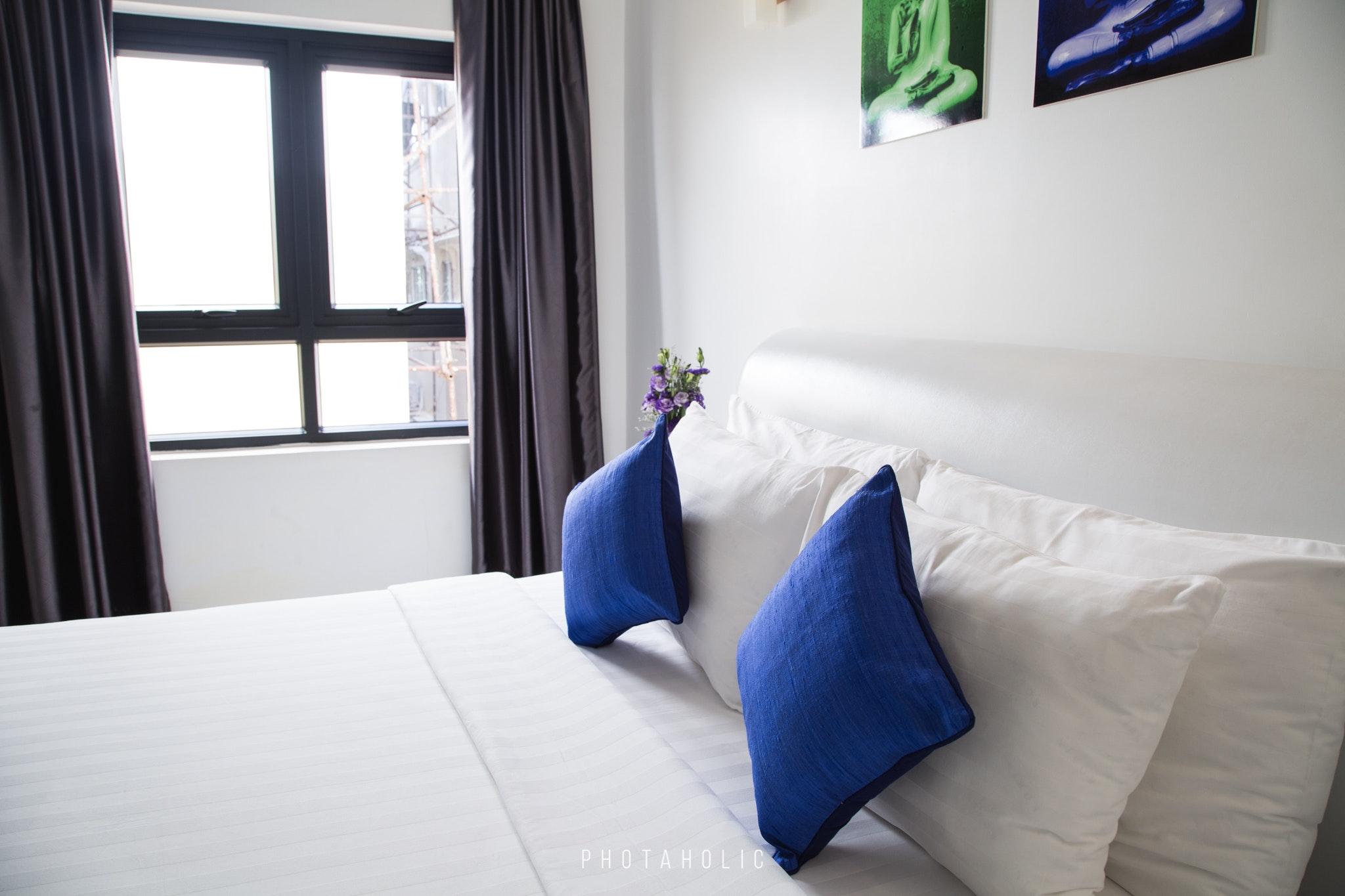 Matratzenhülle wasserdicht mit blauen Kissen