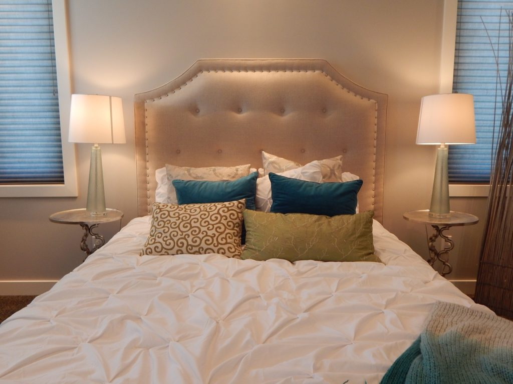 Motorlattenrost Bett im Schlafzimmer