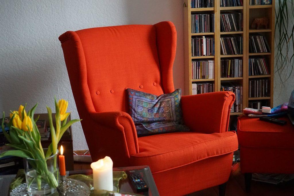 Orangener Sessel mit Sesselschoner Kopfteil