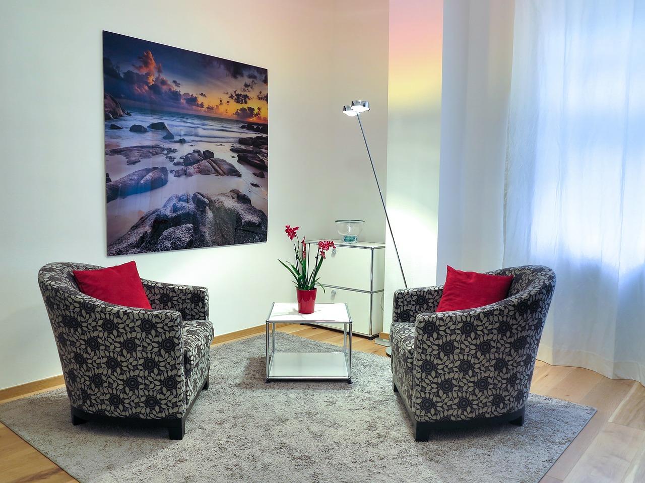 Cocktailsessel Bezug mit Tisch im Wohnzimmer