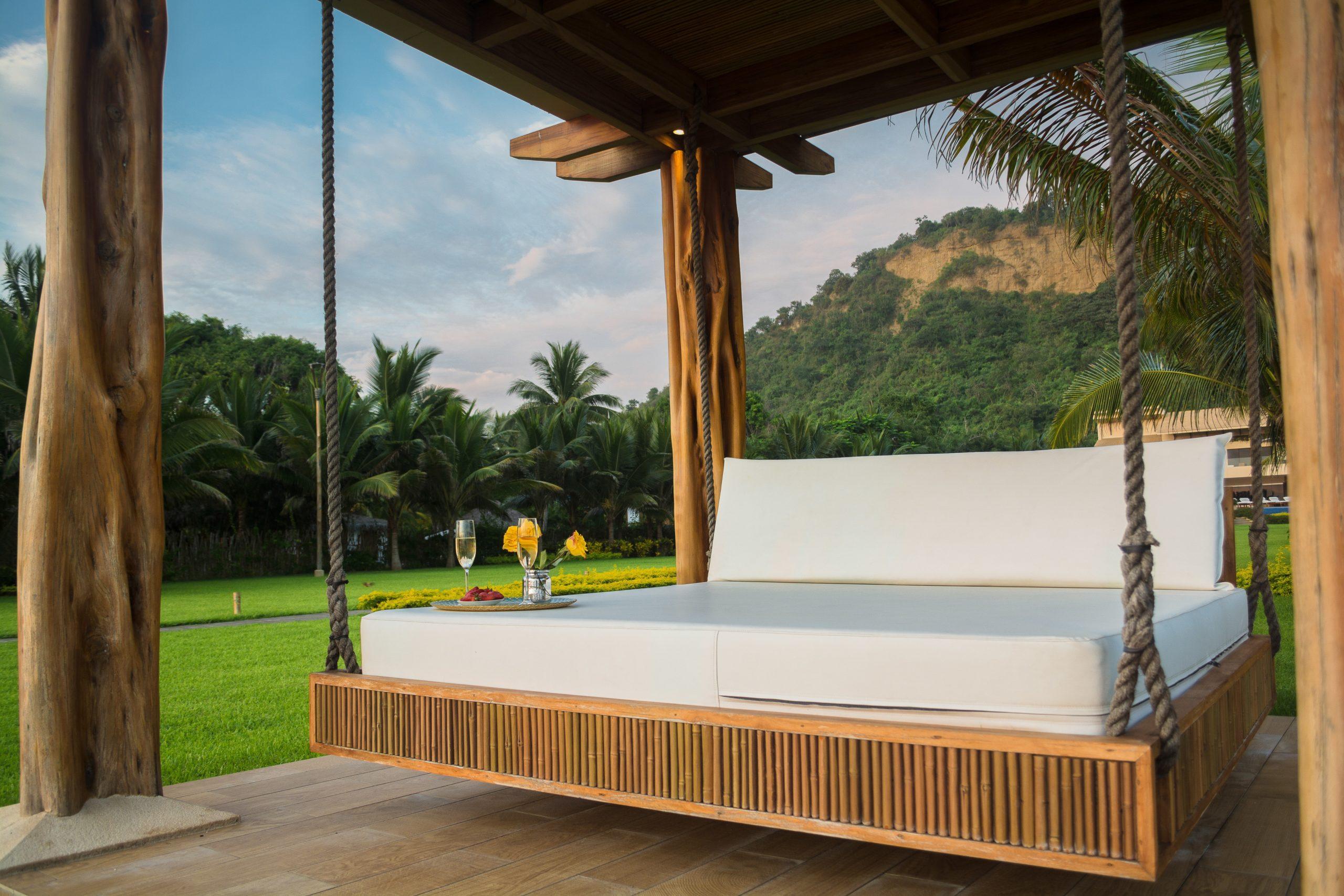 Bett m Garten mit Outdoor Matratzenschutz